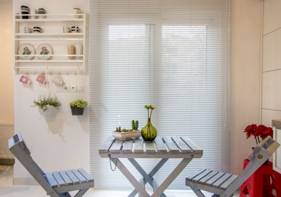 خانه ایرانی و قفسه های مدرن آشپزخانه